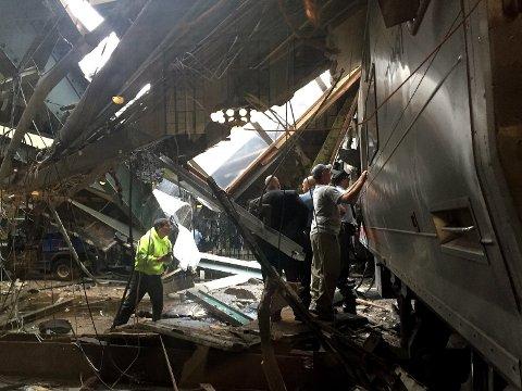 FLERE SKADD: Et togsett krasjet i morgentimene torsdag på stasjonen i Hoboken i New Jersey.
