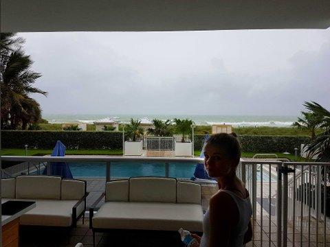 Norske Charlotte er på ferie på Miami Beach og havnet midt i delstatens forberedelser til møtet med orkanen Matthew.