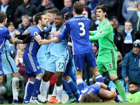 KAOTISK: En rekke Manchester City- og Chelsea-spillere mistet besinnelsen mot slutten av lørdagens storoppgjør. Det får konsekvenser for begge.