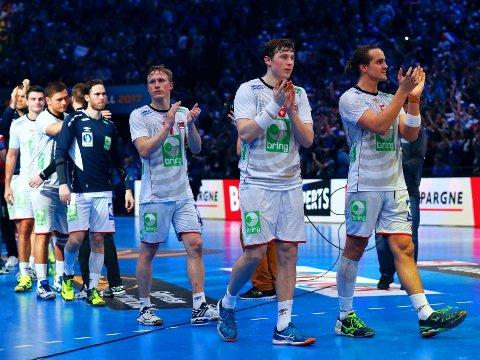 SØLVGUTTER: Magnus Jøndal, Gøran Johannesssen (foran), Kent Robin Tønnesen (til høyre) og de andre norske VM-heltene tok imot hyllesten etter tidenes første mesterskapsmedalje på herresida.