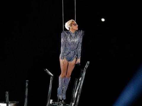 HER ANKOMMER HUN: Lady Gaga gjorde en spektakulær entre.