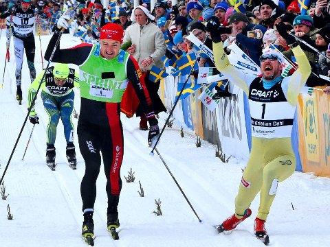 MÅLFOTO: John Kristian Dahl (til høyre) fikk tåspissen foran landsmann Andreas Nygaard og vant Vasaloppet for tredje gang.