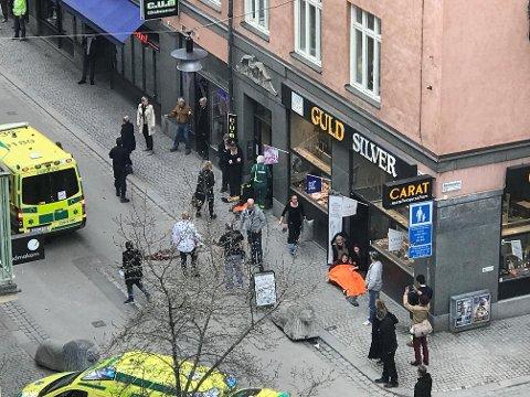STOCKHOLM: Minst tre mennesker skal være drept i Stockholm. UD jobber med å kartlegge om nordmenn er berørt.