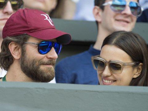 I ENGLAND: Bradley Cooper og Irina Shayk under året Wimbledon.