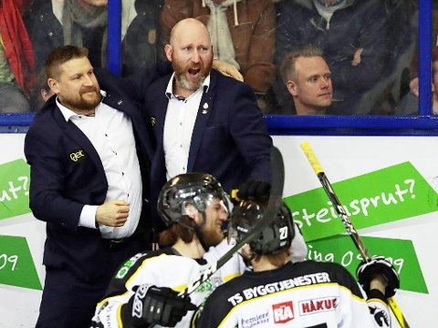 SLUTTSEKUNDENE: Stavanger Oilers spillere, hovedtrener Pål Gulbrandsen (bak til høyre) og assistenttrener Olli Hällfors kunne begynne feiringen av enda et NM-gull før sluttsignalet.