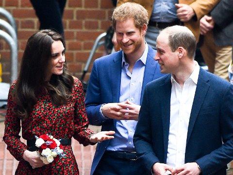 TRE SAMMEN: Kate, Harry og William er alle involvert i kampanjen for å fremme menns mentale helse. Med Harry svært ærlig om sine store problemer etter moren Dianas brå død.