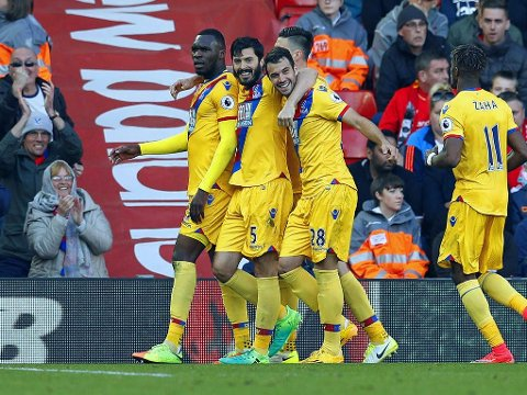BANENS GIGANT: Christian Benteke scoret begge målene mot sin tidligere arbeidsgiver da Crystal Palace tok et langt steg mot fornyet Premier League-status.
