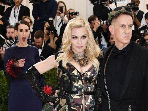 FANGET PÅ KAMERA: Sarah Paulson reagerte på denne måten da Madonna og Jeremy Scott ankom årets Met Gala.