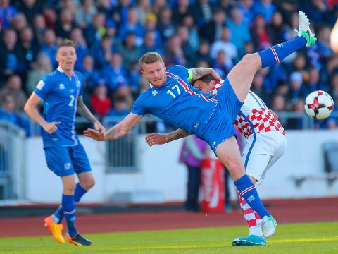 KRIGET SEG TIL SEIER: Aron Gunnarsson, Birkir Sævarsson og Island fortsetter å levere resultater i europeisk toppklasse. Søndag ble Mario Mandzukic og Kroatia sendt hjem fra Reykjavik med tap.