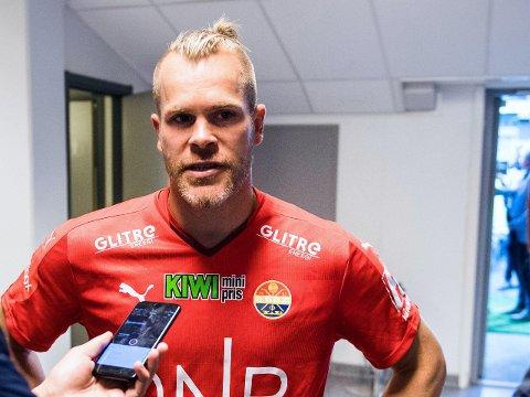 FORKLARTE SEG: Strømsgodsets keeper Espen Bugge Pettersen hadde litt å svare for etter gesten han kom med mot publikum i Drammen.