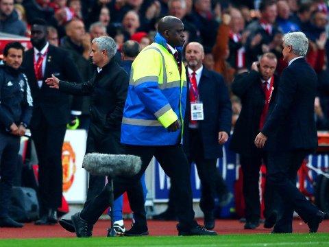 SNUDDE RYGGEN TIL: Stoke-manager Mark Hughes (til høyre) fikk ikke det vanlige håndtrykket av managerkollega José Mourinho i Manchester United etter lagenes møte lørdag.