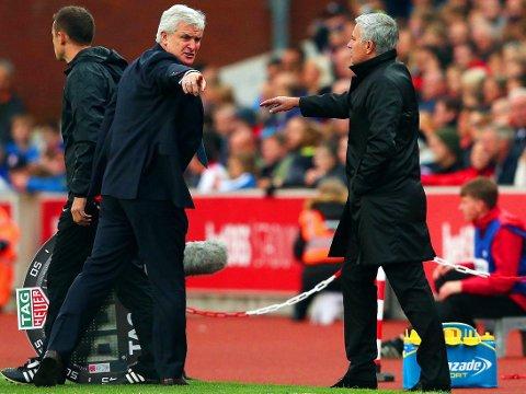 DISPUTT: Stoke og Mark Hughes (til venstre) frustrerte Manchester United i lagens ligakamp lørdag. Gjestens manager José Mourinho fikk klar beskjed okm å flytte seg ut av kollegaens sone da matchen pågikk.