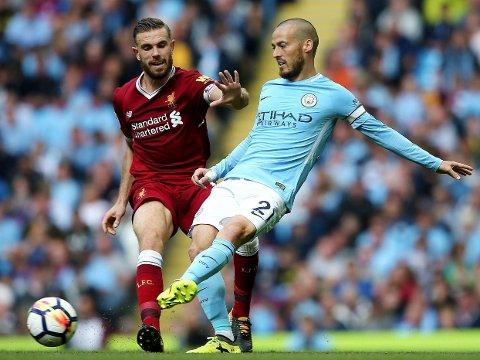 MULIG Å FLYTTE? Den ene av disse to Premier League-kapteinene omtales i dagens rykter. Jordan Henderson (til venstre) fikk ikke helt tak på David Silva i denne situasjonen.
