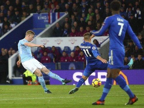 DRØMMESTREFF: Dettte skuddet fra Kevin De Bruyne var en av flere godbiter fra Manchester City i borteseieren mot Leicester.