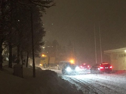 BOM FAST: Denne bilen sto bom fastpå Kvaløyveien.