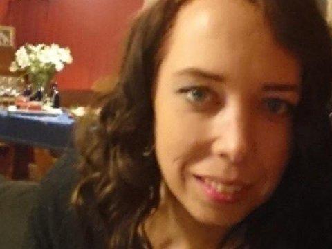 FORSVUNNET: Politisperringer i Fagerlundvegen i Brumunddal fredag kveld. Blodspor funnet i området er bekreftet å stamme fra 36 år gamle Janne Jemtland som har vært savnet siden 29. desember.
