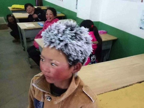 Bildet av en frossen gutt i Kina har gått viralt. Nå får Wang Fuman (bildet) og medelevene hans varme klær for å gjøre den lange skoleveien litt enklere.