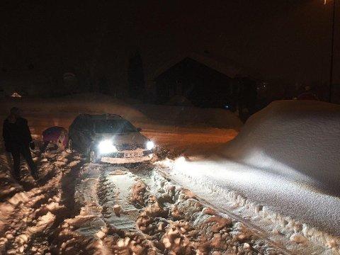 STO FAST: En sjåfør kjørte seg fast i Eikerveien i Kongsberg mandag morgen. Her var det masse snø i veien og is under.