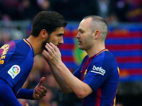 LEGENDE: Kaptein Andrés Iniesta velger kanskje å slippe til yngre krefter i sitt kjære Barcelona fra neste seong. Her erstattes Iniesta av André Gomes i storoppgjøret mot Atlético Madrid tidligere denne måneden.