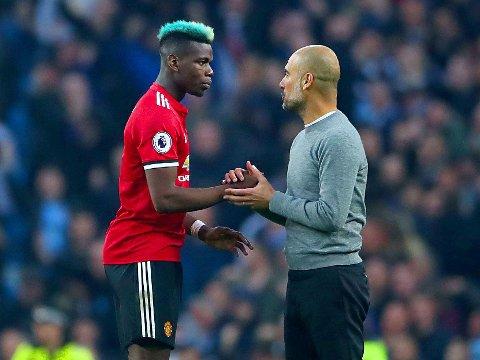 HÅNDTRYKK: Paul Pogba (til venstre) og Pep Guardiola utvekslet håndtrykk og snakket kort med hverandre etter Manchester Citys derbynederlag mot Manchester United lørdag.