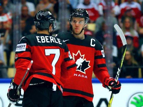 HERJER: Connor McDavid (til høyre) er innblandet i flere scoringer enn noen annen ishockeyspiller i verdens beste liga. Torsdag skal han spille VM-kamp mot Norge i Herning.