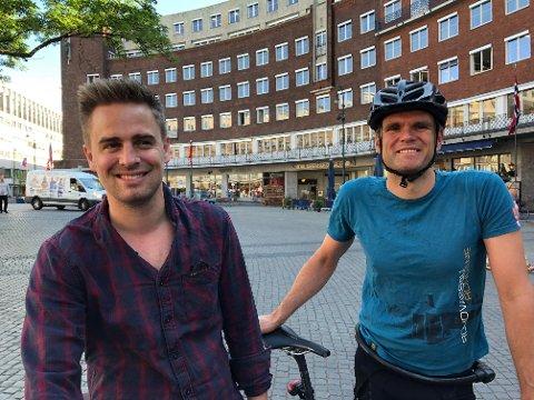 FORNØYDE: Bystyrepolitiker Eivind Trædal (t.v) og leder av Oslo MDG, Einar Wilhelmsen, er glade for at det nå er stengt for gjennomkjøring på Fridtjof Nansens plass i Oslo sentrum. Selv kom de syklende til jobb mandag.