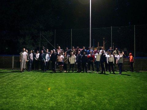 FREDELIG KAMP: I helgen var det fotballturnering og god stemning på Stovner der politiet for 14 dager siden rykket ut mot steinkastende ungdommer. Bildet viser frivillige fra Unge i fokus sammen med noen av ungdommen som deltok i turneringen.