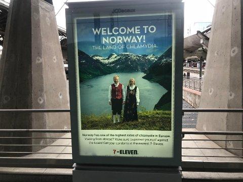 REKLAMEPLAKAT: Denne plakaten møter turistene som går av Flytoget på Oslo S.