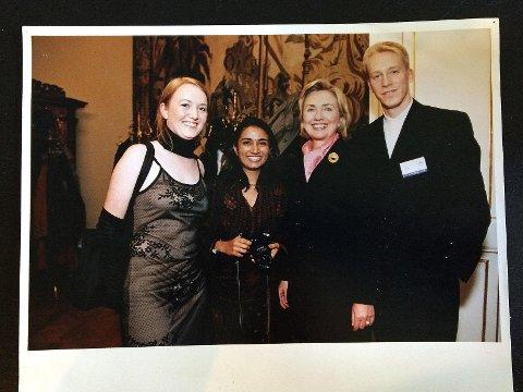 Hillary Clinton, jeg og to av de frem andre ungdomsdelegatene på Forum 2000 konferansen arrangert av President Vaclav Havel i Praha i 1998.