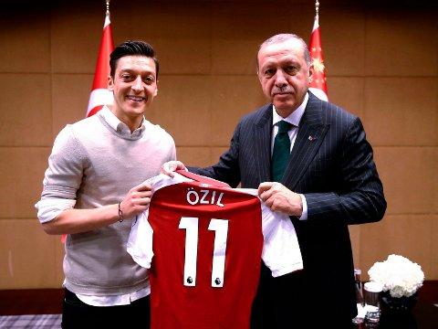 GROBUNN FOR BRÅK: I mai lot Tyskland-stjernen Mesut Özil seg avbilde sammen med Tykias president Recep Erdogan. Sistnevnte vant en omdiskutert, og for mange upopulær, seier i presidentvalget tidligere i år. Tyrkisk-ættede Özil har nektet å si at han angrer på bildet, som fikk mange i Tyskland til å sette spørsmål ved Özils lojalitet til hjemlandet.