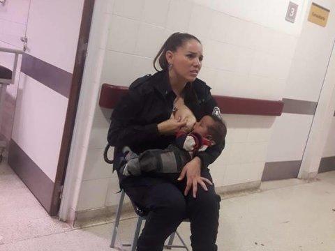 Politikvinnen Celeste Ayala fikk både forfremmelse på jobben og hyllest på sosiale medier etter at hun trøstet og ammet en fremmed, gråtende baby på et barnesykehus. Bildet ble postet på Facebook av politikollega Marcos Heredia.