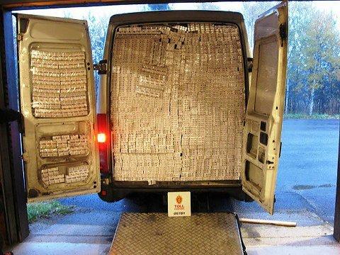 Tollere fra Østby tollsted i Hedmark avdekket 170 000 sigaretter i en litauisk registrert varebil som ble stoppet ved Drevsjø 4. oktober. Sjåføren var en latvisk statsborger. NB: Lavoppløst bilde.