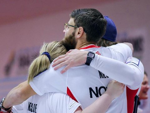 TIL SEMIEN: Norge skal spille semifinale under VM i mixed curling. Der venter en meget tøff oppgave.