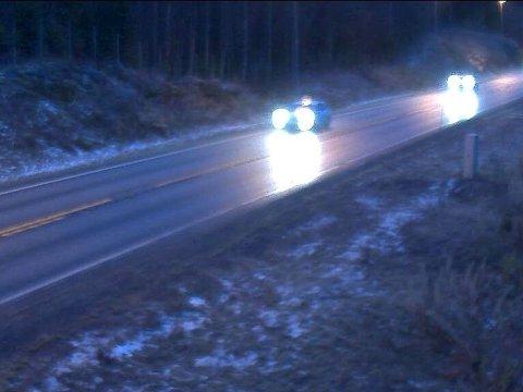 TORSDAG MORGEN: Svært glatt på flere veier i morgentimene torsdag, her på riksvei 4 i Oppland. Politiet advarer etter flere utforkjøringer.