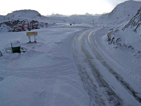 SNØSKREDFARE: NVE har sendt ut varsel om snøskredfare for flere områder. For Jotunheimen advares det særlig for leområder der et vedvarende svakt lag har snødd/føyket ned. Bildet er hentet fra webkamera på fylkesvei 53 over Tyin tirsdag morgen.