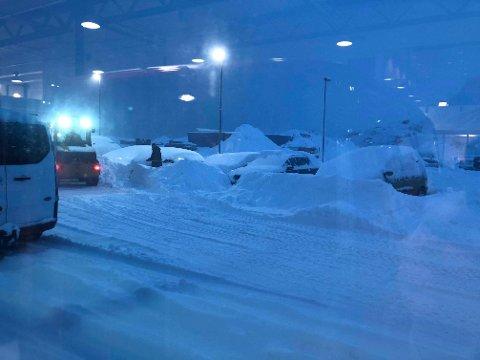 Tor K. Pedersen ved Bil i Nord Svolvær sier snøen skaper utfordringer i Lofoten mandag.