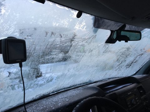 DÅRLIG SIKT: Utsikten gjennom denne frontruta overbeviste ikke UP da de stoppet bilføreren i Fredrikstad tirsdag.