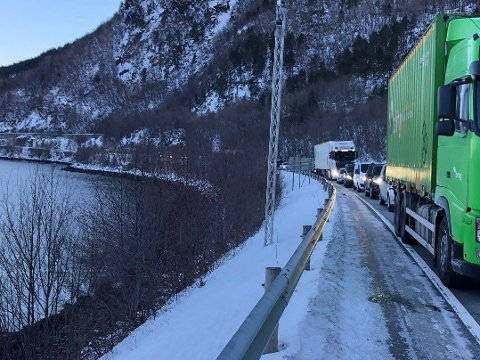Det dannet seg raskt lange køer etter ulykken. Her fra nordsiden av tunnelen.