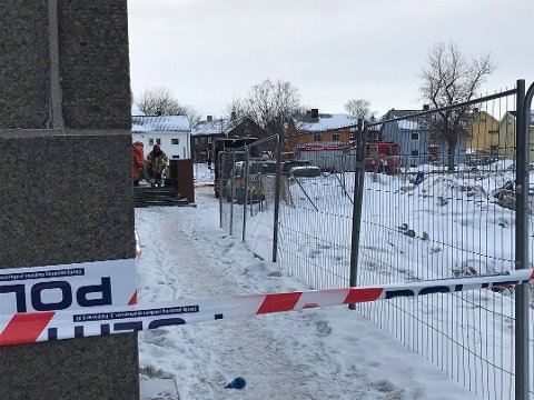 Politiet sperret av området ved posthuset i Bodø sentrum fredag morgen, etter funn av en mistenekelig pakke.