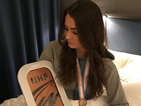 HOCKEYJENTE: Julie Øiseth, her etter bronse i VM i 2016/2017-sesongen, har ambisjoner for hockeyen. Men det er ikke lett å være kvinne i en mannsdominert idrett.