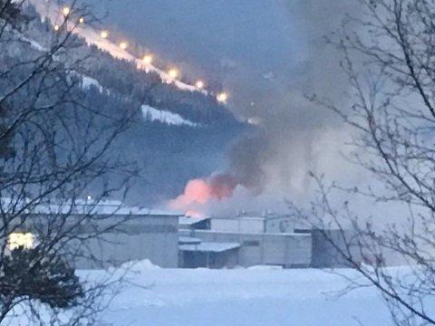 BRANN: Onsdag morgen brøt det ut brann i et tørkekammer på Moelven Trysils industriområde.