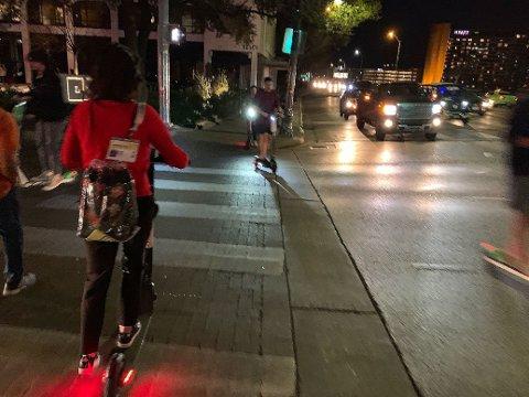 SCOOTER: Gatene i Austin er fulle av folk på elektriske leiescootere. De står overalt.