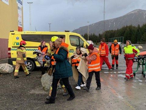 Evakuerte ble hentet fra skipet med helikopter og fraktet til mottak på land ved Brynhallen.