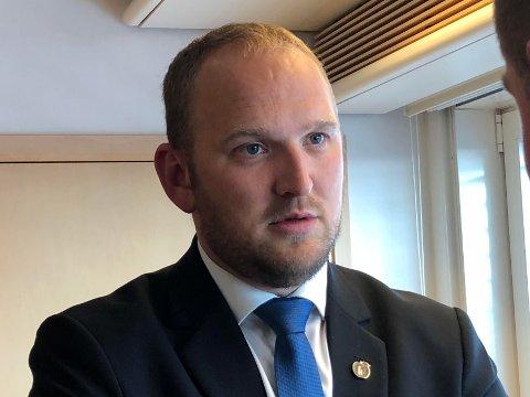 AVFEIER: Samferdselsminister Jon Georg Dale (Frp) avfeier kritikken fra Senterpartiet om at Fremskrittspartiet ikke lenger kan kalle seg et bompengeparti, siden bompengene fortsetter å fosse inn til staten.