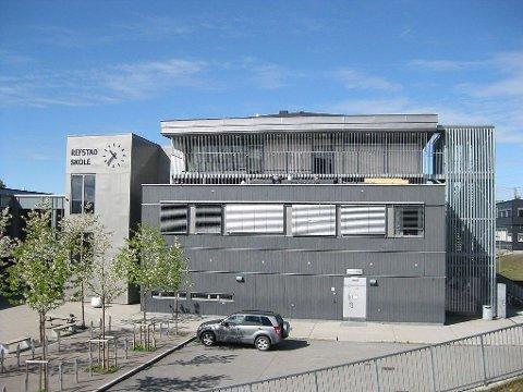 RIVES: Refstad skole ble bygd i 2005. Nå skal den rives for så å bli gjenoppbygd.