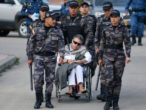 52 år gamle Jesús Santrich, som egentlig heter Seuxis Paucias Hernandez, er blind og satt i rullestol da han ble løslatt fra fengselet La Picota sør for Bogota i Colombia fredag. Han ble umiddelbart anholdt og fløyet bort i et politihelikopter. Foto: Fernando Vergara / AP / NTB scanpix
