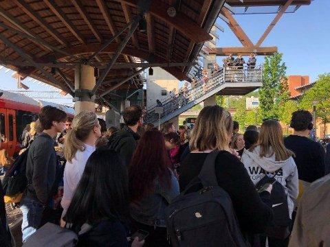 FULLT: Det var stappfullt på Asker stasjon tirsdag formiddag.