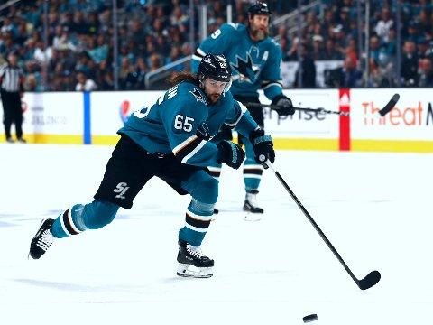 GODT BETALT: Erik Karlsson fortsetter hos San Jose Sharks med en skyhøy årslønn. Her aksjon i denne sesongens sluttspill sammen med Sharks-veteranen Joe Thornton.