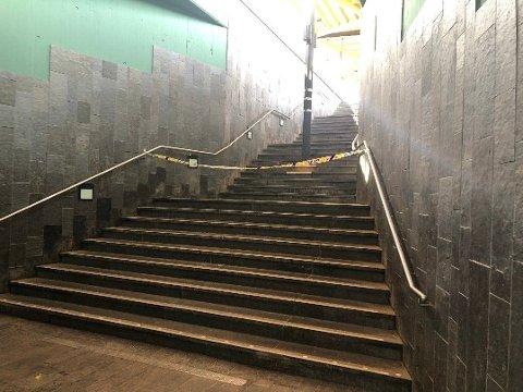 STENGT: En av plattformene ved Lillestrøm stasjon ble sperret av mandag morgen. Klokka 11.30 var trafikken i gang.