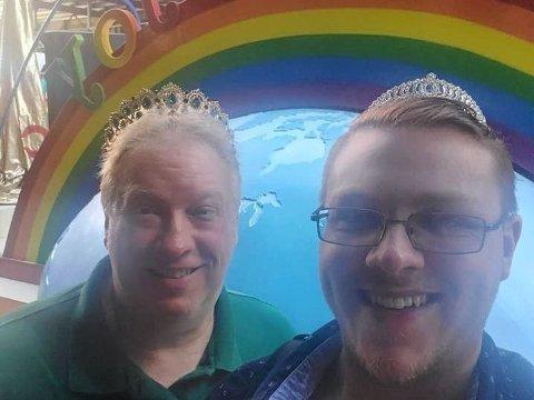 RØRT: En tydelig stolt far Bruce Downer med sønnen Tyler opplever Pride-paraden i New York. Legg merke til de matchende tiaraene.